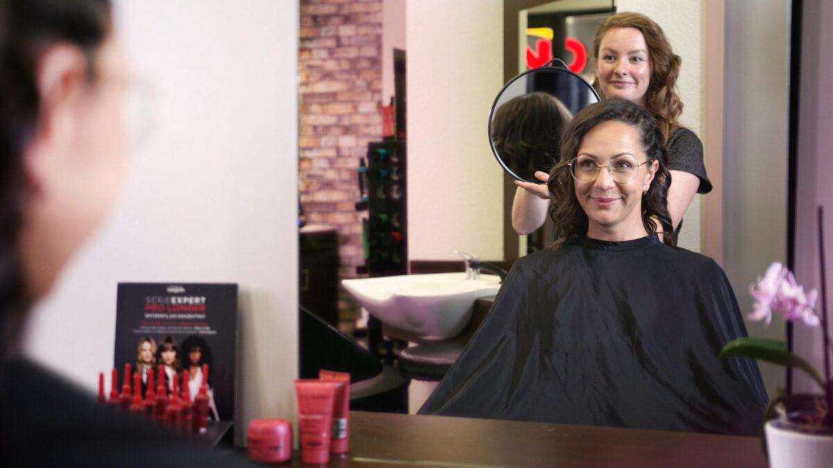 Frau erhält neuen Haarschnitt beim Friseur in der ERMAFA Passage