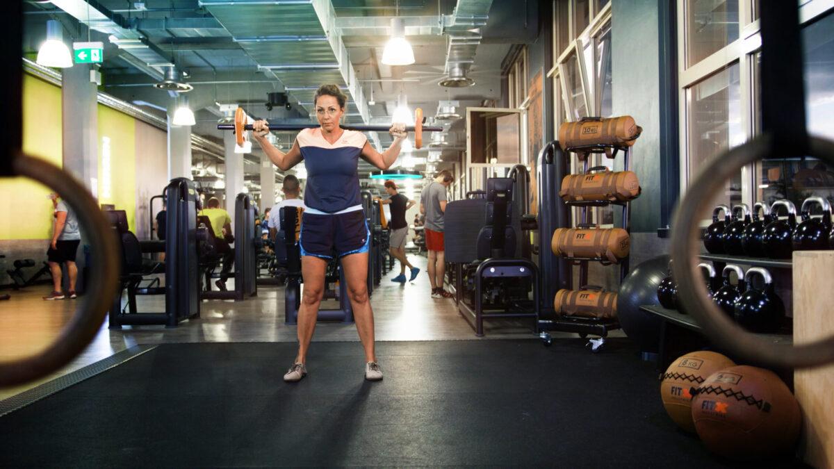 Frau trainiert im Fitnesscenter FitX in der ERMAFA Passage